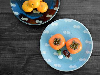 オレンジ色の食べ物に青を組み合わせることで、よりジューシーなイメージに。白いお皿に載せるよりもみずみずしさがアップします。