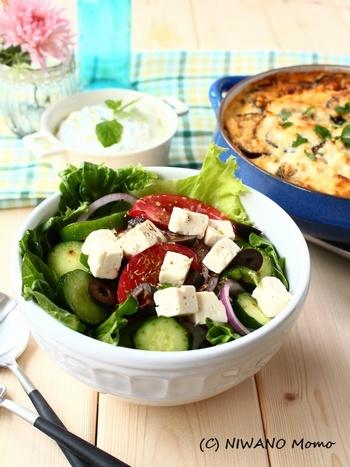 ホリアティキ・サラタは、ギリシャの田舎風サラダ。グリークサラダともいわれます。トマト・きゅうり・ピーマン・赤玉ねぎなどの野菜に、ギリシャの代表的なチーズであるフェタチーズ(羊・山羊)が入るのがポイント。フェタチーズは、塩気が強く、塩抜きしてから食べることも多いようです。カッテージチーズでも代用可。