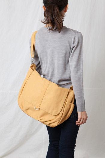 トート・ア・ラ・モードのマザーズバッグは、おむつや着替えもたくさん入る大容量。短い持ち手とショルダーバッグにもなるロングストラップがついています。重さのある荷物でもOKで、ポケットがたくさんついて使い勝手も良いバッグです。