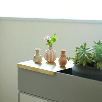 小ぶりのフラワーベースが3つセットになった「dottir」のMinibells Flower(ミニベル フラワー)シリーズです。口径が細く、小さなお花を入れてもきれいに立ち上がるので、簡単にセンスよく飾ることが出来ますよ。