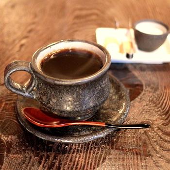 落ち着いた雰囲気の店内で、おいしいコーヒーをいただきます。カウンター席もあるのでふらり一人旅にもおすすめのカフェです。