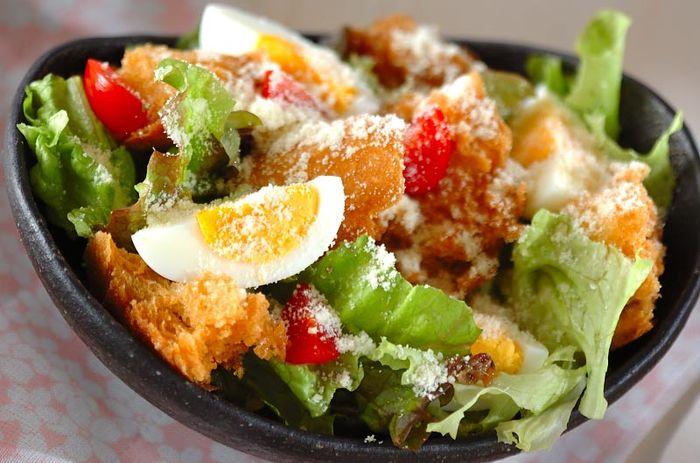 ロメインレタスが主体のサラダで、パルメザンチーズをふってクルトンを散らすのが特徴。アメリカとメキシコの国境にあった人気レストランのオーナーが、アメリカの独立記念日に作ったのが始まり。シーザーもオーナーの名前だとか。