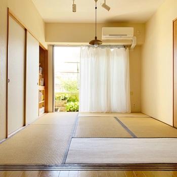 転んでも安心な和室は、お子さんが遊ぶには最適です。ぶつかってけがをしないように、和室にはなるべく家具を置かずスッキリと保っておきたいもの。そこで押入れを活用します。