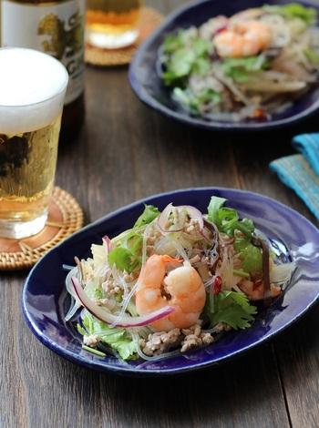 ヤムウンセンは、パクチーたっぷりのナンプラーなどで味付けした、タイ風の酸味のある春雨サラダ。シーフードや豚のひき肉、玉ねぎ、セロリなどボリュームがあるので、エスニックなおかずやおつまみにもなります。