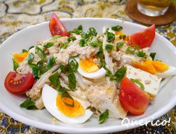 """ガドガドは、温野菜にブンブー・ガドガドといわれるピーナッツソースをかけて食べるインドネシアのサラダ。ガドガドは、インドネシア語で""""ごちゃまぜ""""の意味があるとか。コクのあるソースと爽やかなライムがとてもいい相性です。"""