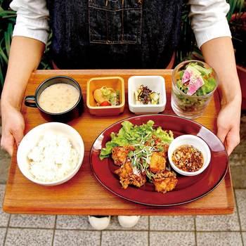 ワンプレートランチは、ハンバーグや鶏のから揚げなどのメインの他、デリ2種・サラダ・野菜スープ・ライス、と充実の内容。ランチには全てドリンクバーが付いていてお得!