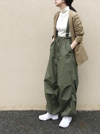 イージーなカーキのワイドパンツには、ノーカラージャケットを合わせてそのラフさを中和。ホワイトを効果的に散らすことで清潔感も備わります。