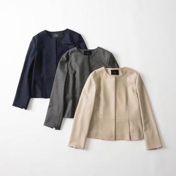 上品な印象のノーカラージャケットは、大人の女性にとって心強い味方。羽織るだけで女性らしいきちんと感が出るため、オフィスはもちろんフォーマルな場面でも大活躍してくれます。  ジャケットといっても堅苦し過ぎることはなく、デニムコーデなどの週末スタイルにもすんなりマッチ。適度にきれいめな雰囲気を残した上質カジュアルが楽しめます。