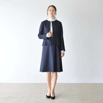 清楚な印象に仕上げたいときは、シンプルなスカートのセットアップで。タートルネックを仕込むとさらに奥ゆかしさが出てGOOD!