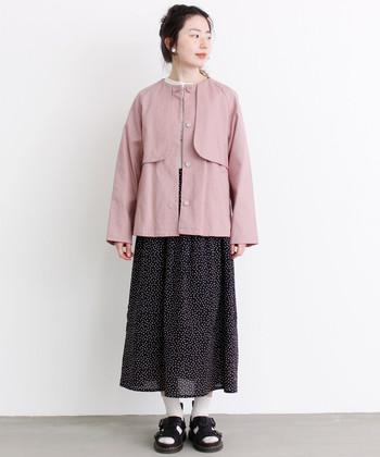 フェミニンな薄ピンクを取り入れて、ほんのり甘いスカートスタイルを満喫。足元はあえてのスポサンでアクティブに。