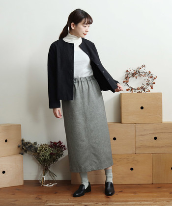 ノーカラージャケットにロングのタイトスカートを持ってこれば、エレガントかつ上品なオフィスコーデが完成。色使いも抑えてお仕事シーンにふさわしい落ち着き感を優先!
