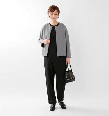 グレー&ブラックでつくるモノトーンスタイルも、ジャケットがノーカラーなら辛くなり過ぎずソフトな雰囲気に仕上がります。形がユニークな立体型バッグで遊び心を添えて。