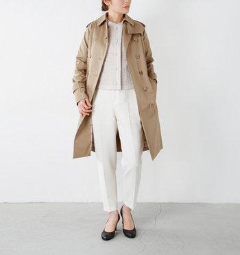 上下をホワイト系で統一し、春夏らしい軽快なフォーマルスタイルに。襟のないノーカラージャケットだから、上からトレンチコートを羽織ってもこの通りすっきり!