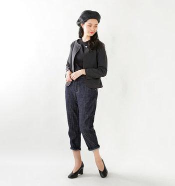 クロップドデニムにノーカラージャケットをONすれば、小粋なパリジャンスタイルに。おでこを出して被ったベレー帽が知的な雰囲気。