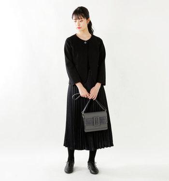 レトロ感漂うフラップバッグだったり、味のあるレザーシューズだったり…。全身ブラックの装いは、そんなひねりのある小物使いで地味見えを回避。