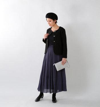 シックなブラックのノーカラージャケットを、エアリースカートでレディに昇華。ポスッと被ったベレー帽がクラシカルな雰囲気を後押ししています。
