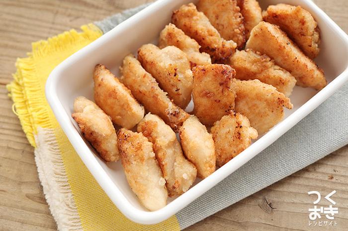 おうちにあると嬉しい調味料と言えば、塩こうじ。 冷蔵庫に常備している人も多いのではないでしょうか…。 こちらのレシピは、塩こうじの効果で、パサつきがちな鶏むね肉なのに、さっくり柔らか。片栗粉を使って揚げ焼きすることで、時間がたっても衣が油でベチャッとしません。