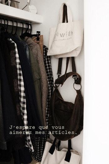 頻繁に使うバッグなら、クローゼットの壁に吊るしておくと便利です。 サッと取り出せること以外にも、床置きしないことで掃除が楽になるのもメリットです。
