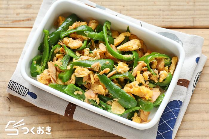 甘めの味付けで優しい味わいの、ピーマンとツナの卵炒め。具材を炒めるだけと作り方もとっても簡単!冷凍保存も出来るので、お弁当にもぴったりのおかずです。おうちにある定番食材で作れるのが嬉しいポイント!