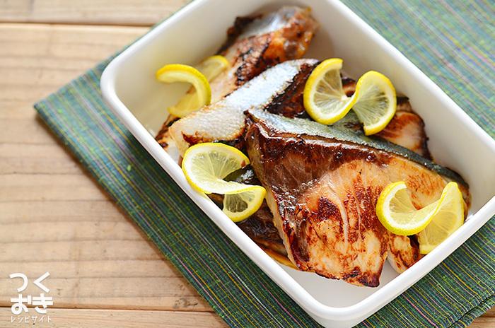 おうちに常備している人も多い液体塩こうじは、お肉やお魚を漬け込むだけで簡単に美味しい一品をつくることが出来るので、とても便利!こちらのレシピは、ブリを液体塩こうじに漬けて焼くだけ。塩こうじの効果で、ブリのたんぱく質が分解されるので、しっとり&柔らかな仕上がりに…。塩加減も丁度良く、ふっくら美味しいですよ!