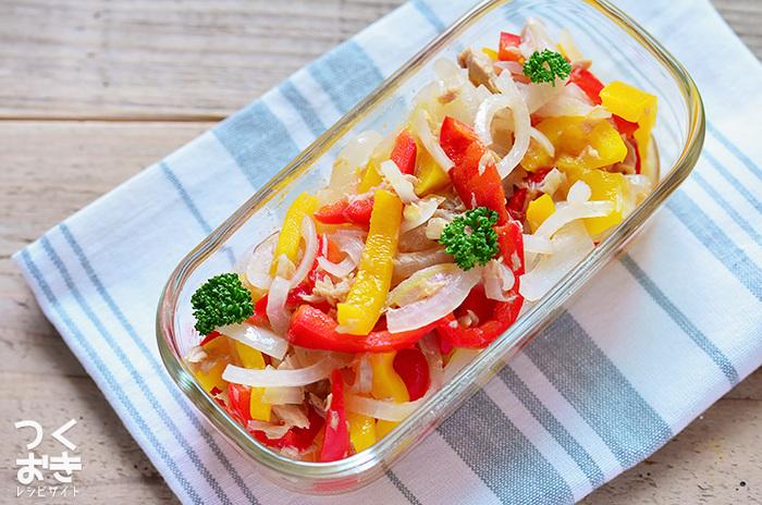 赤、黄、カラフルなパプリカとツナで、さっぱりとした定番常備菜マリネはいかがでしょう!保存する時は、少しマリネ液の水気を切って保存するのが作り置きのポイント!