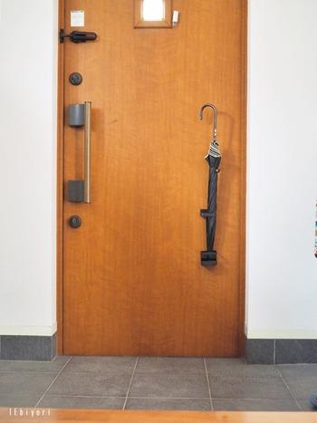 こちらのブロガーさんのように、玄関ドア自体に傘を収納してしまうアイディアはおすすめ方法のひとつ♪傘立てを置く場所がないときに便利です。ドアを開けるときすぐに目に入るので、忘れにくくなるメリットも♪