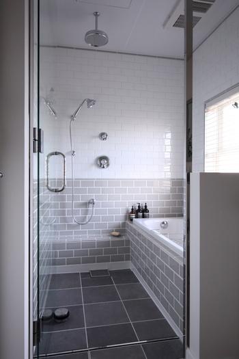 暖かくなるとカビだけでなくぬめりも出がちなお「お風呂場(バスルーム)」。窓を開けて換気する場合、空気が対流しやすくなるよう、ドアも少し開けて空気の道を作るようにします。換気扇をまわす際は、窓は開けない方が良いタイプもありますので、取扱説明書でチェックしてみましょう。