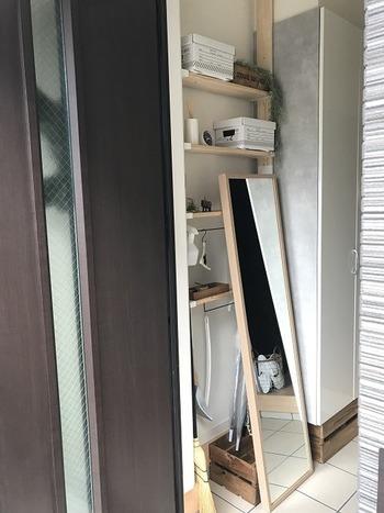 こちらのブロガーさんは、姿見の鏡の後ろのスペースに棚を置いて有効活用。無駄のない空間に仕上がっています。さらに見せる収納と見せない収納を使い分けているのだそう。