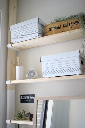目に入る部分の棚には、おしゃれな箱やオブジェなどを並べて♪物と物の間に程よい空間を作ることでゆとりを感じられますね。玄関の壁の色に合わせて棚の色を選ぶと、なおしっくりまとまるでしょう。