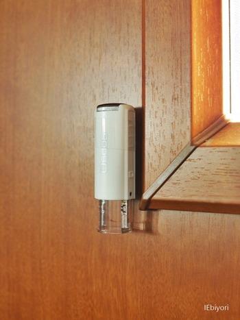 ちなみに印鑑だけをマグネットで玄関ドアに取り付ける方法もあります。こちらのブロガーさんは、シャチハタに直接マグネットを取り付けて、キャップを外してすぐに押せるようにしているのだそう♪