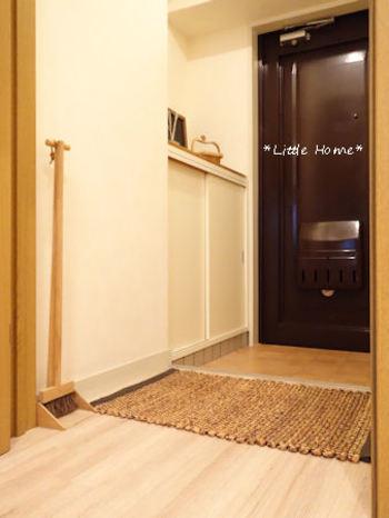 帰宅時のお疲れ足を快適に出迎えてくれる、柔らかな玄関マットを敷くのもおすすめです。素材によって肌ざわりや快適さも変わってきますので、お好みのものを置いてみてくださいね。殺風景な玄関に暖かみを加えたいときにも良いでしょう。