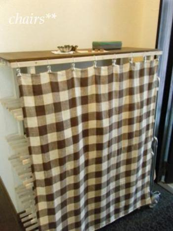 スペースにぴったりはまる下駄箱が見つからないときには、サイズに合わせて棚を作って靴置き場にする方法も♪こちらのブロガーさんは、「Salut!(サリュ)」で購入した花台用の棚2枚を使って簡単DIYしているのだそう。カーテンで目隠しをすれば、おしゃれに収納できますね。