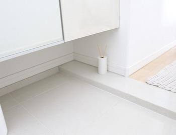 玄関の見えない部分に香りアイテムを置くのも素敵なアイディア。さりげない香りの演出ができるでしょう♪お好みのアロマグッズを活用してみてください。
