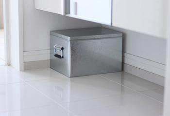 下駄箱の下は有効な収納スペースです。とはいえ、取り出すときに少し手間がかかるのが難点。そんなときは、取っ手付きの収納箱を選ぶと引っ張り出しやすくなりますよ。フタつきならほこりが溜まる心配もありません♪