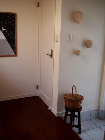 こちらのブロガーさんは、玄関の壁にナチュラル素材の素敵なフックを無造作に取り付けています。