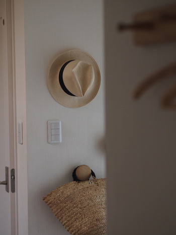 帽子やバッグなどを手軽にかけられて便利ですね。使い勝手が良いだけでなく、見た目のデザインもおしゃれなので、インテリアの一部としても楽しめます。自由自在に壁収納を楽しんでみましょう。