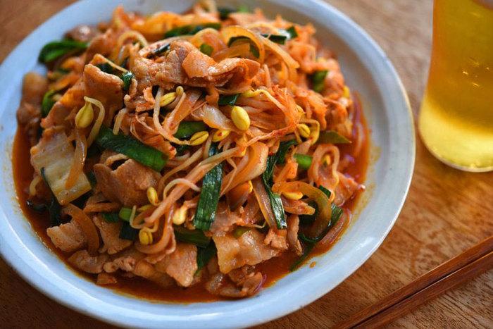 作り方のポイントは、しょう油でしっかりと下味をつけることと、ニラと豆もやしの食感を残すこと。豚肉とキムチの相性はとにかく抜群!豆もやしの食感もやみつきに…白いご飯がすすみます。