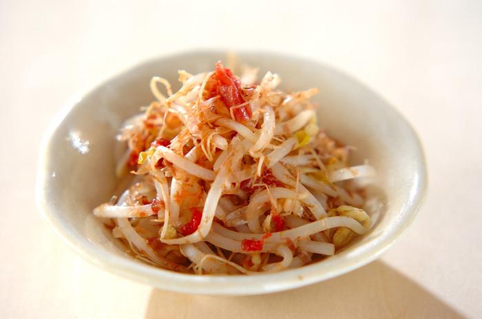 酸味と旨みのきいた、もやしと梅おかか和え。さっぱりとした味わいは、お食事の箸休めにも…。暑くなるこれからの季節にぴったりの副菜です。