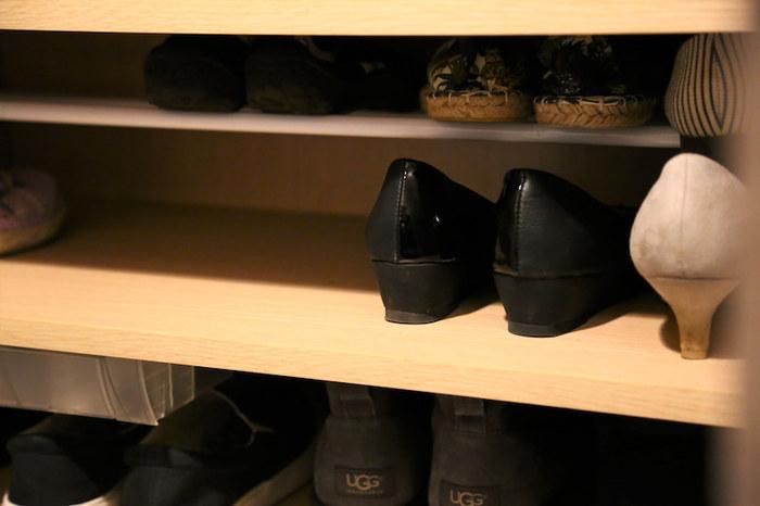 玄関クローゼットがある場合には、クローゼット内の収納を工夫することで、玄関をスッキリさせられますよ。こちらのブロガーさんは、突っ張り棒を使って、1段の靴入れを2段にアレンジ。一切無駄なく靴を収納しています。