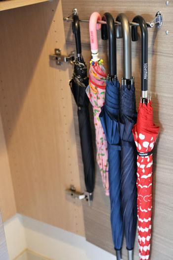 扉の裏に傘をかけられるアイテムを設置するアイディアも!こちらはタオルバーを使用しているのだそう。専用のものでなくても、アイデア次第でいろいろ活用できますよ♪