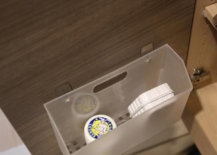 小物を入れたボックスも、扉の裏にフックで取り付けています。靴磨きなどをボックスにまとめて入れておけば、探す手間も省けますね。