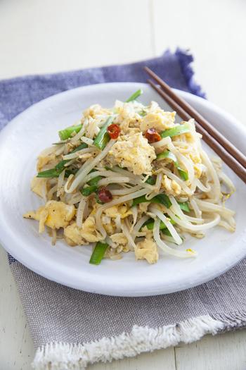 シャキシャキのもやしと、ふわふわ卵を合わせた、簡単でやみつきになる副菜。にんにくの風味をきかせた中華のおかずは、案外、メイン抜きで、これだけでもご飯が進みます!