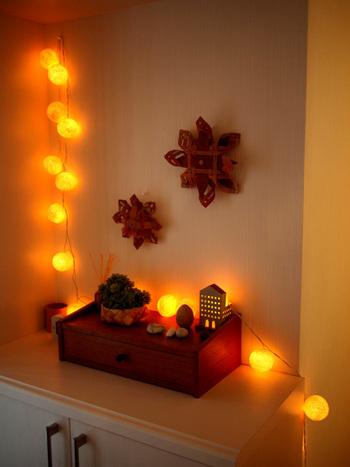 玄関の薄暗さが気になるときには、照明を工夫してみるのもおすすめ。おしゃれな雰囲気も高まりますよ。照明の色合いであたたかみも変わるため、お好みの色合いのものを選びましょう。