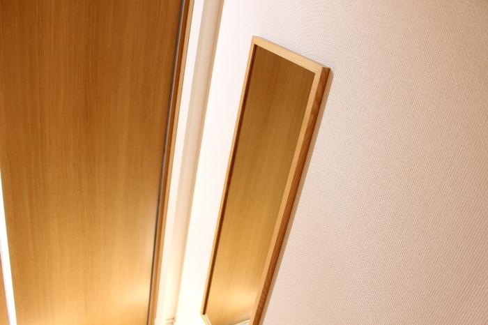 鏡を置くスペースがないときには、壁に直接取り付けられるアイテムを探してみましょう。小さな鏡があると、ちょっと身だしなみを整えたいときに便利ですよ。