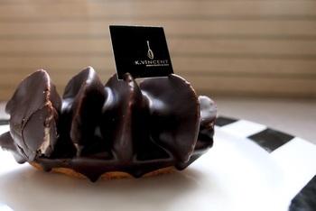 カシスのタルト台にマロンムースを搾り、自家製チョコレートでくるんだ『バルケット・オ・マロン』。