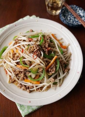 豚ひき肉と一緒に炒めて、普通の野菜炒めよりボリューム感を出した一品。 ニンニクの風味とオイスターソースの旨味で食欲増進!何故か暑い夏でも、白いご飯が進みます。副菜としては勿論ですが、ラーメンの具材としてもおすすめですよ!