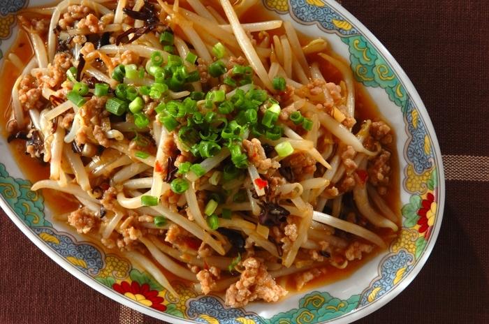 もやしをピリ辛の麻婆味に!お肉は挽肉ですが、味付けが中華の濃いあじなので、メインおかずとしてもおすすめの一皿です。所々に感じるきくらげの食感も良いアクセントに!月末のお財布ピンチの時などにぴったりの節約レシピです。