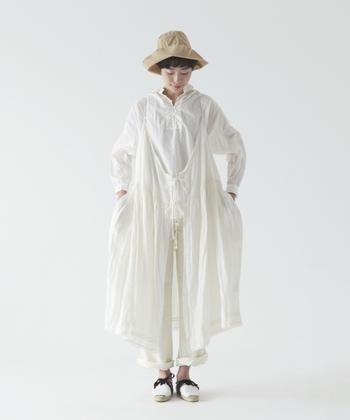 オールホワイトで素材感も優しくワンピースとパンツとシャツとたくさん重ねてもうるさくならない爽やかコーデ。この季節是非真似したいコーディネートです。
