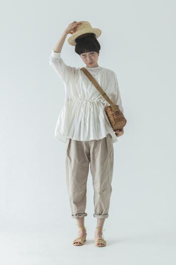 ベージュのチノにギャザーブラウスのベーシックスタイルは絶妙なパンツの丈感やかごバッグで自分らしく。