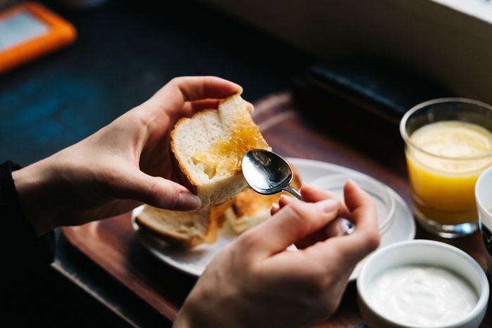 忙しい平日は、朝ごはんを抜いたり、ついついキッチンで食べてしまいがち。どこにも出かけない休日は、時間をかけて食べたいところ。お気に入りのパン屋さんのパンを買っておいたり、美味しいジャムをあらかじめストックしておくのもいいですね。ちょっぴり贅沢な朝食で、雨の日の朝の気分を上げましょう。